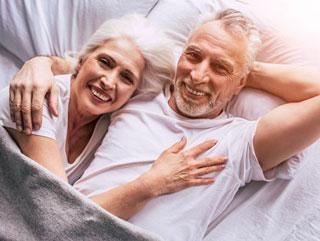 Anziani felici con un'assicurazione di previdenza