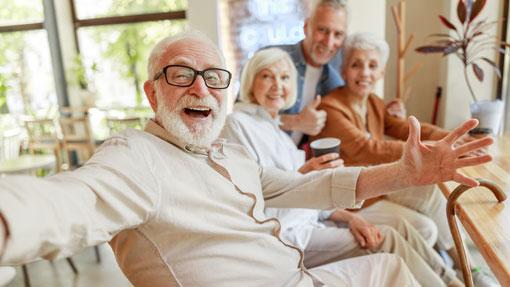 Anziani felici con la pensione